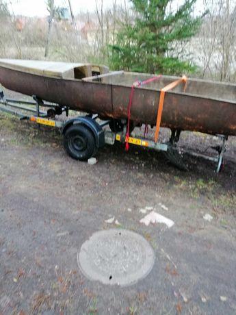 Duża łódź turystyczna