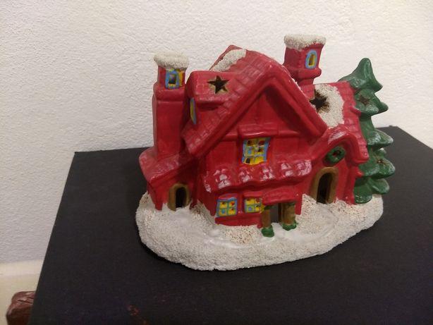 Casa de Natal em loiça pintada ( 20 cm X 13  cm )