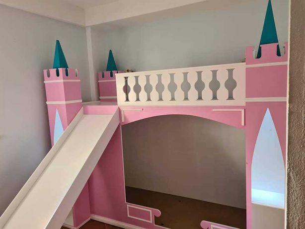 Cama em forma de castelo usada 10 meses
