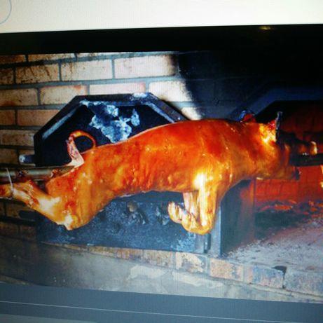 Leitão assado em forno a lenha