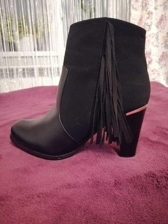 Czarne botki na obcasie 9cm z frędzlami 40