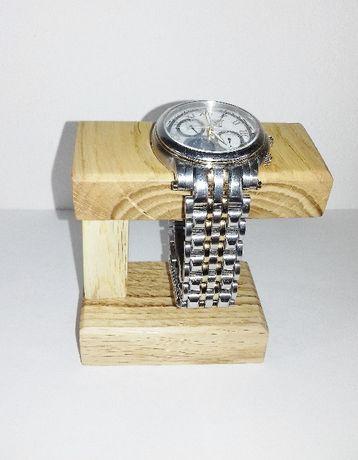 Stojak z drewna dębu na zegarek