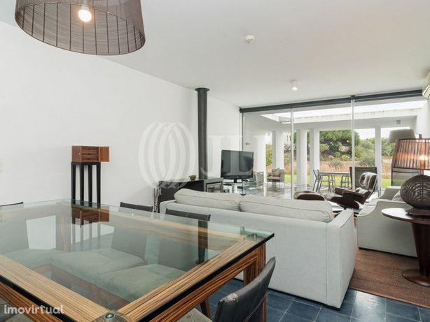 Moradia T2 com pátio e garagem no condomínio privado Bom ...