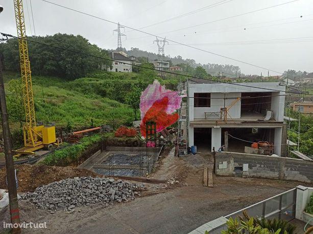 Moradia V4 de arquitetura moderna em processo de construção, Santa Eufémia Prazins, Guimarães, Braga