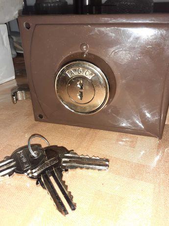 nova, novinha! a fechadura para trancar bem a sua porta!