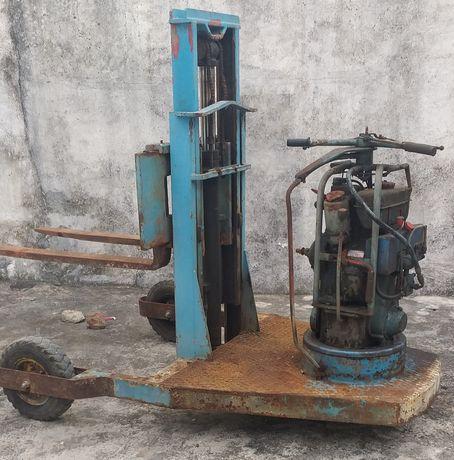 Empilhador antigo de 3 rodas a diesel