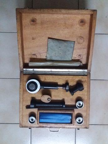 Apalpa folgas em caixa de madeira