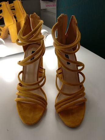 Buty na koturnie, sandały na obcasie