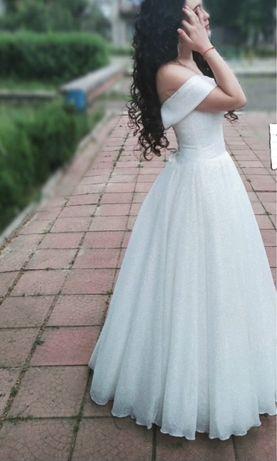 Весільна сукня зі спущеними плечима
