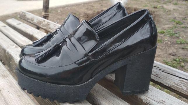 Лаковые туфли на тракторной подошве