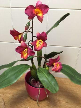 Vaso rosa com orquídea artificial