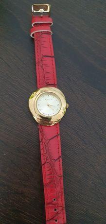 Zegarek Avon na czerwonym pasku.