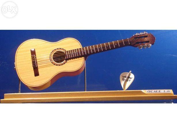 Guitarra clássica (caixa em acrílico) em miniatura