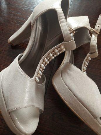 Buty rozmiar 40,na obcasie kolor beżowy z lekkim połyskiem