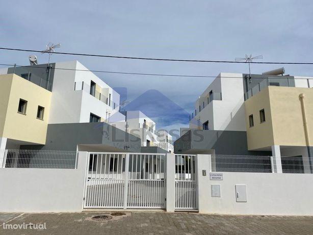 Moradias T2+2 a estrear com piscina em condomínio privado...