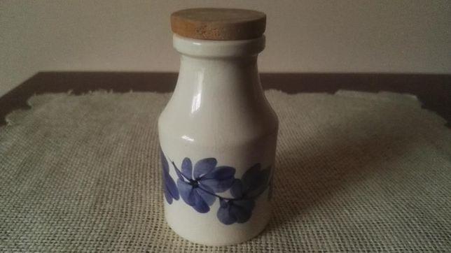 Ozdobna, ceramiczna, biało-niebieska butelka z drewnianym korkiem