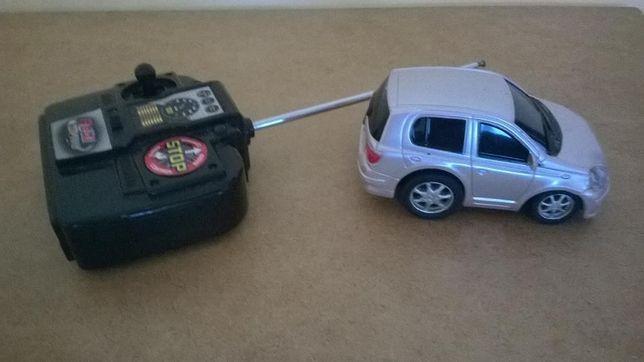 Małe autko 10 cm.na pilota