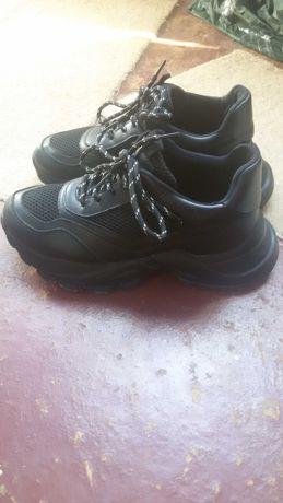 Продам новые кроссы