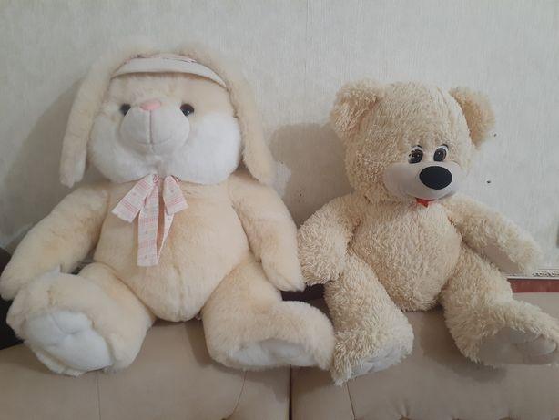 Продам большие мягкие игрушки заяц и медведь