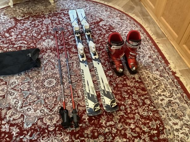 Горные лыжи и ботинки.