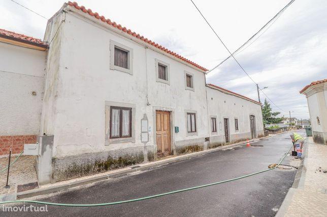 Moradia T2 com sótão, quintal, pátio interior, adega e diversos anexos