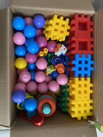 Pudełko zabawek, klocki , kulki