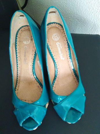Vendo sandálias  como novas de verniz com um tom azul esverdeado