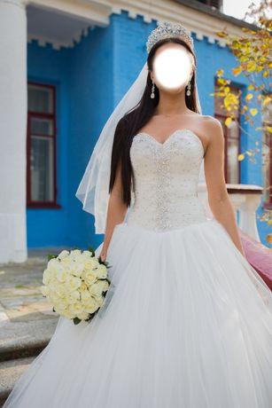 Шикарное свадебное платье цвета айвори со стразами