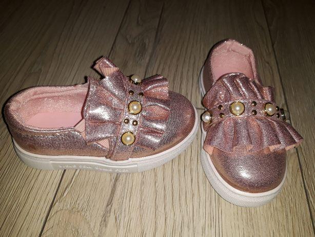 różowe buciki 22