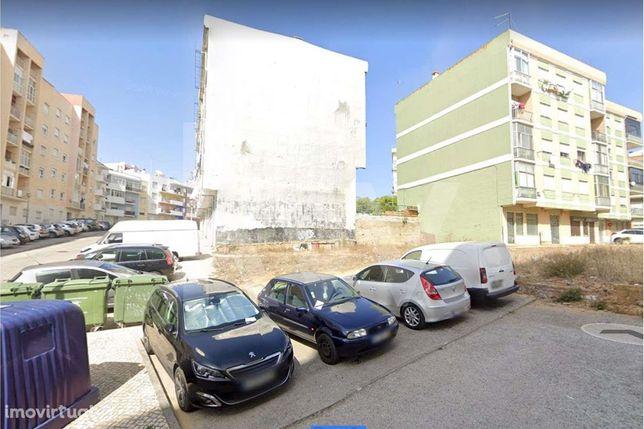 Terreno com projeto aprovado para construção de prédio em Setúbal com
