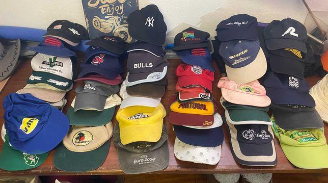 Coleção de 110 bonés e chapéus