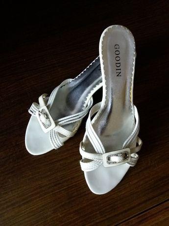 Buty eleganckie na obcasie - białe z klamerką