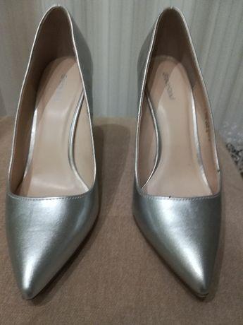 srebrne elegnckie buty do sukieneczki