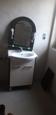 Szafka do łazienki z umywalką i lustrem