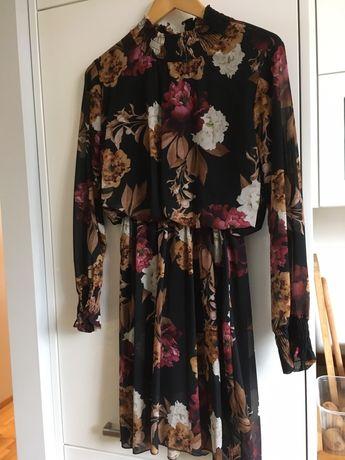 Sukienka w kwiaty na podszewce
