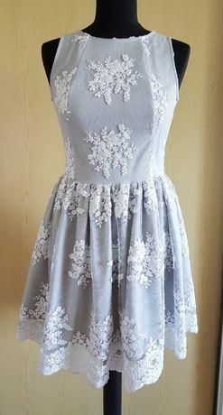 Sukienka z haftowaną aplikacją