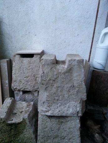 Cachorro em pedra para apoiar pipas