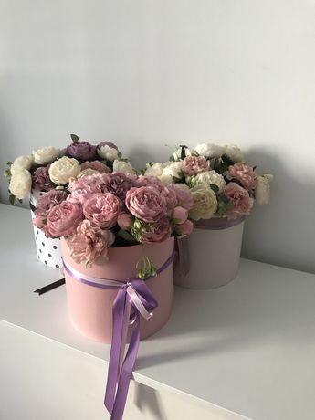 Искуственные цветы пионы в шляпной коробке