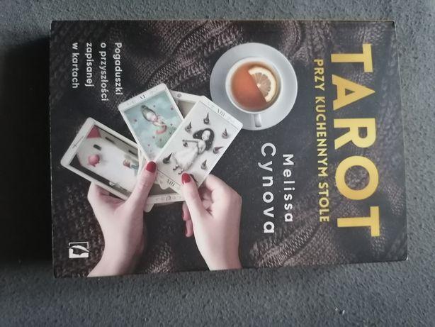 Książka tarot przy kuchennym stole