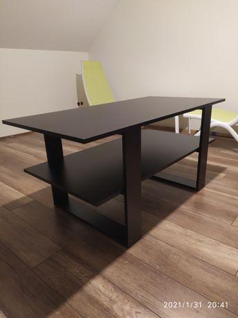 Wygodny stolik z półką
