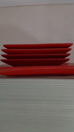 Красные квадратные тарелки made Brazil