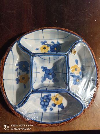 Посуда на плетеной подставке