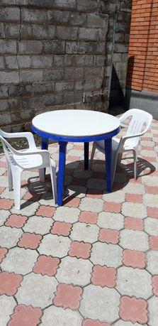 Продам пластиковый стол и 2 стула.