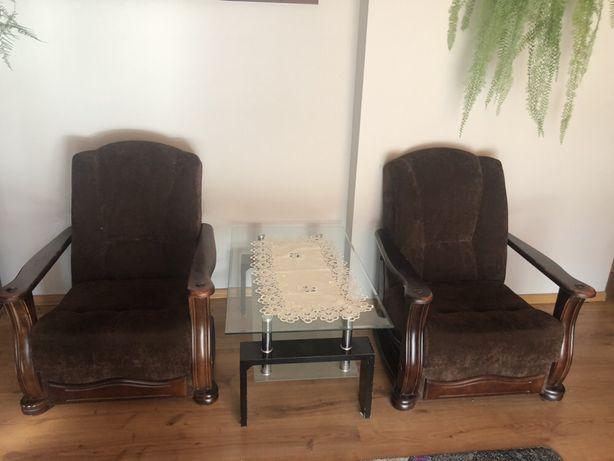 Dwa fotele i szklana ława