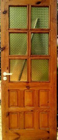 solidne drewniane drzwi