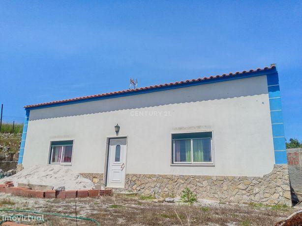 Moradia T2 com terreno de 1480 m2 na Moita dos Ferreiros, concelho da