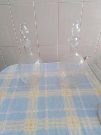Um par de garrafas em vidro, muito bonitas