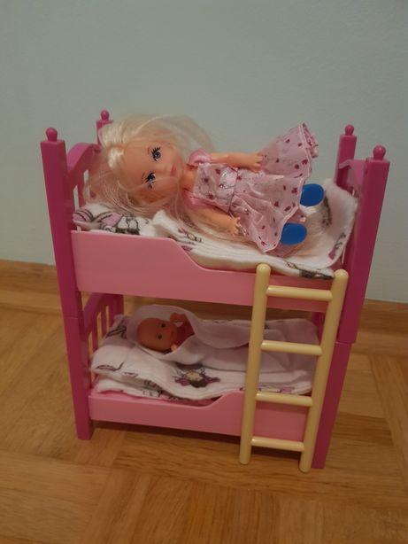 Piętrowe łóżko z laleczkami