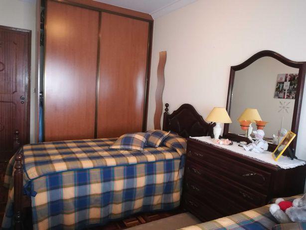 Mobília de quarto com duas camas individuais