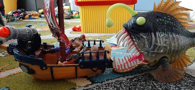 Maly statek piracki i wielka ryba